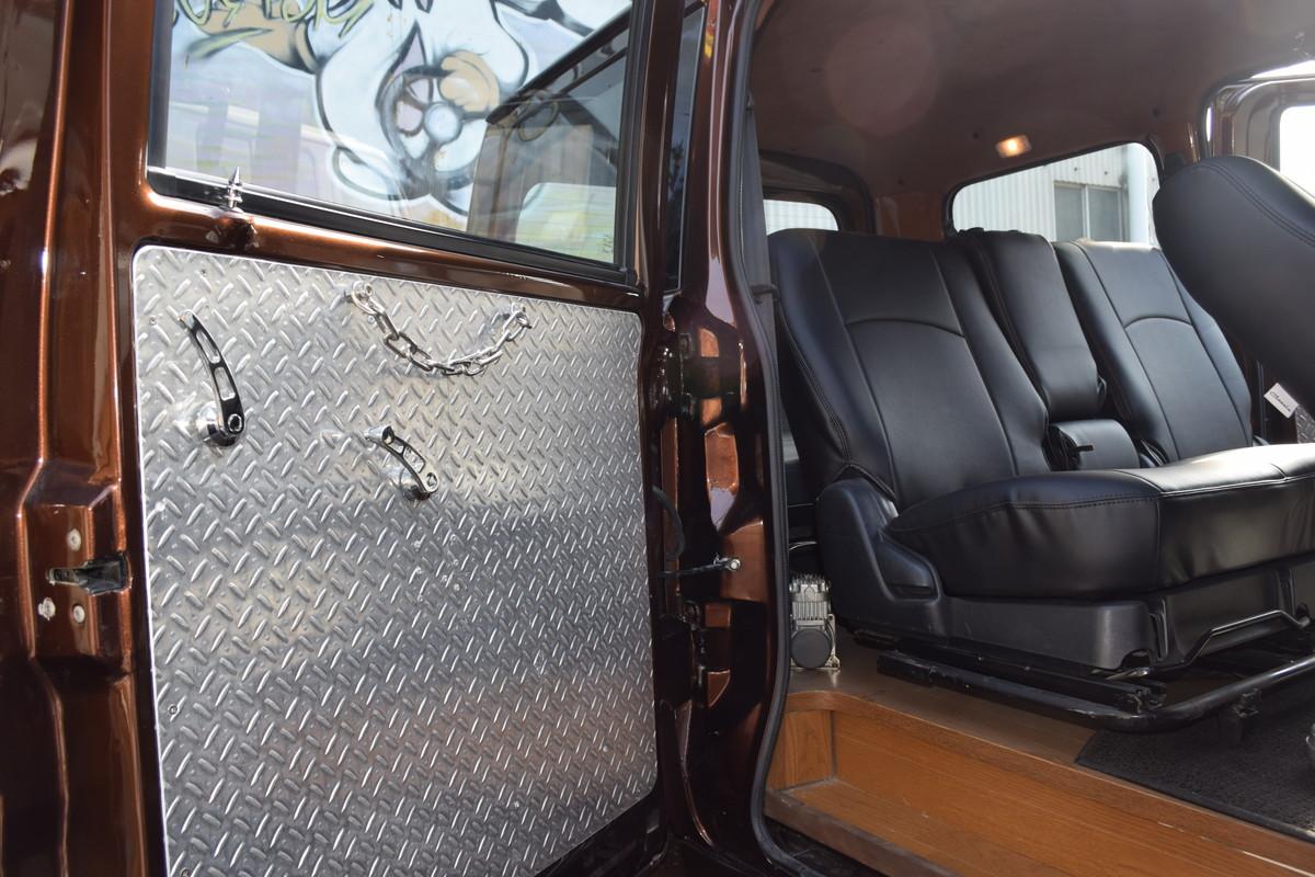 フロントシートとセカンドシートはシートレールをワンオフしてウィッシュ用を流用。